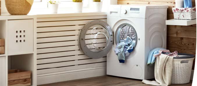 Badezimmer mit Waschmaschine.