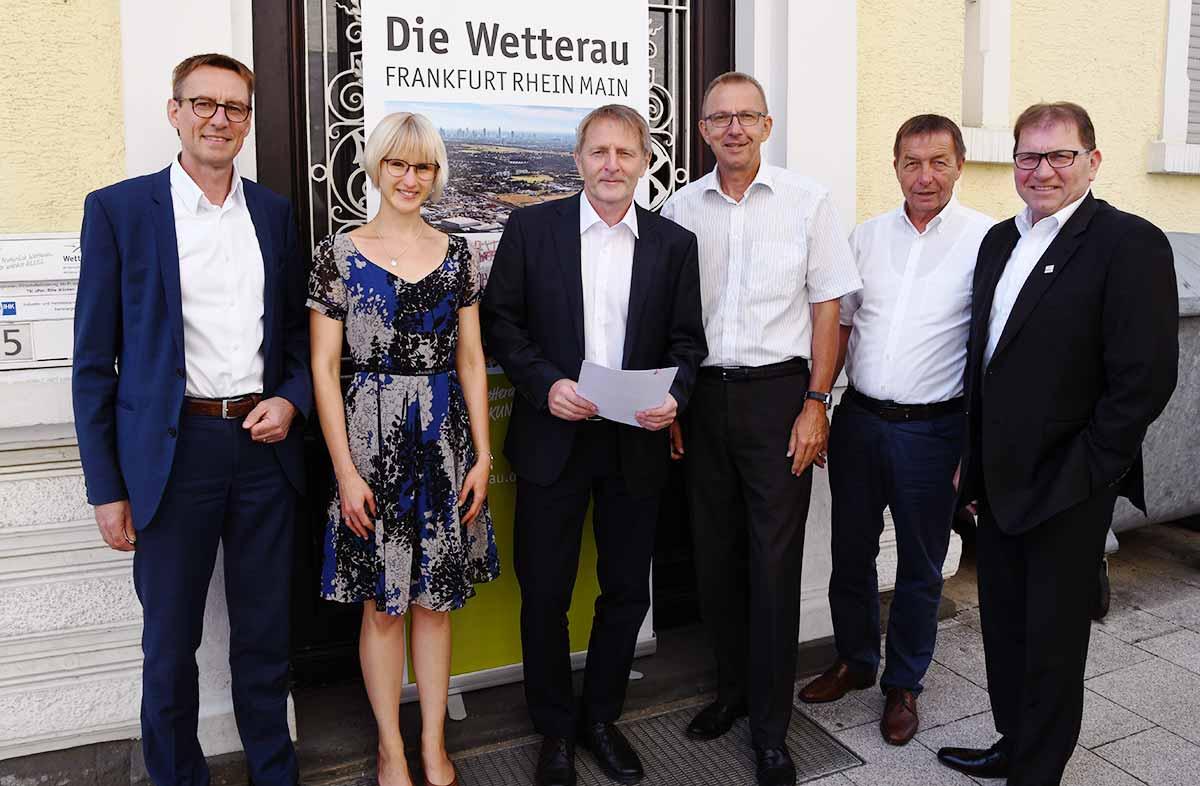 Gruppenfoto der Vertreter von den Kooperationspartnern nach der Vertragsunterzeichnung