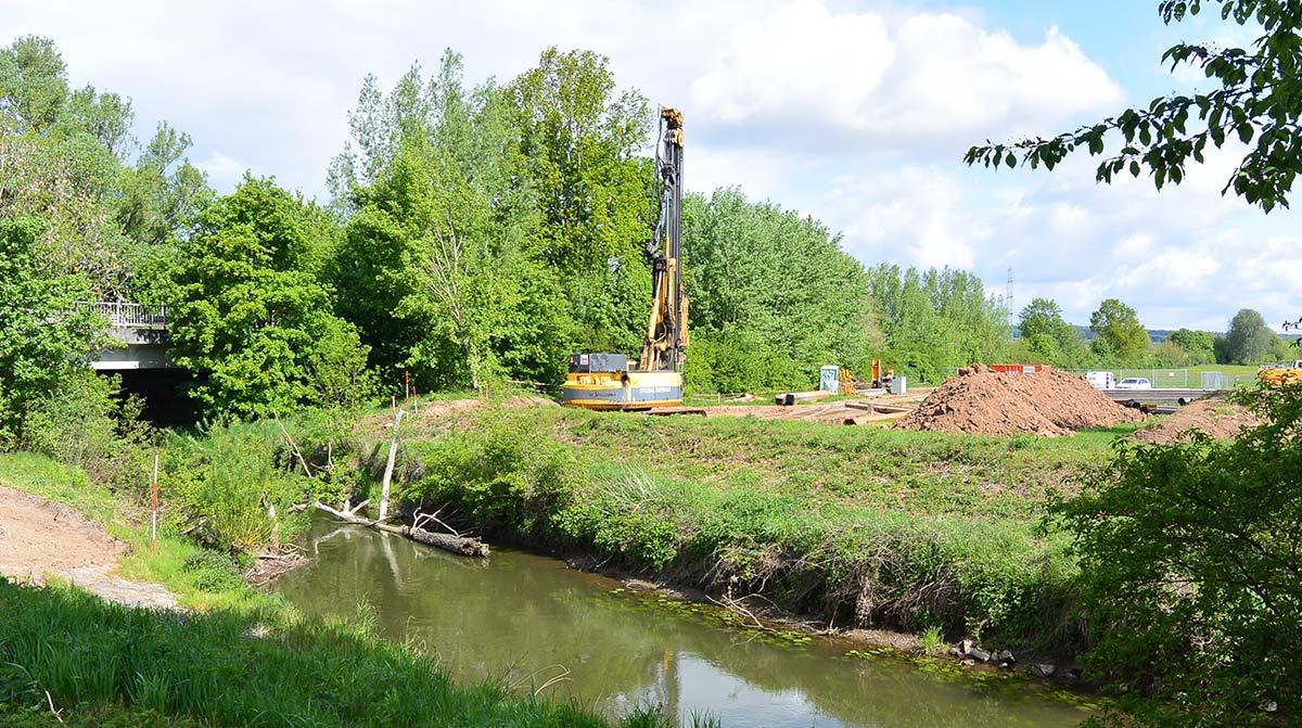 Bauerbeiten neue Rohrbrücke über die Nidder.