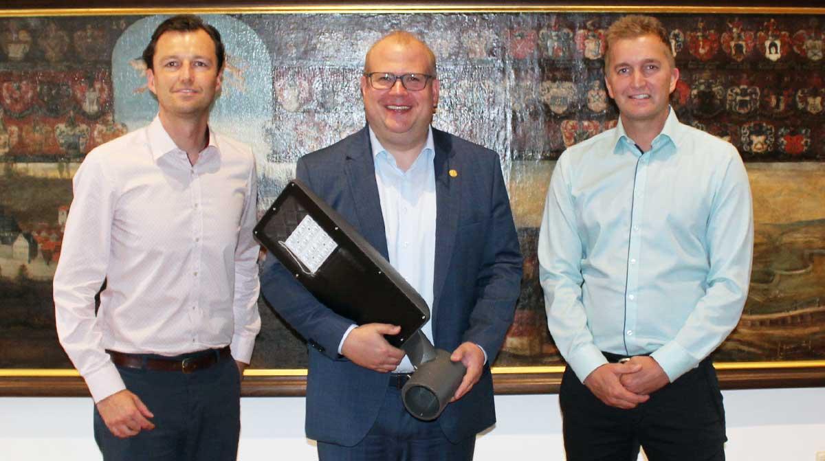 Thomas Twerdochlib, Bürgermeister Stephan Paule und Nico Herzberger mit der neuen LED-Straßenbeleuchtung für Alsfeld.