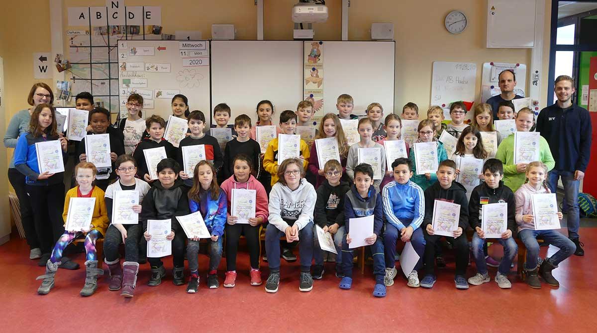 Die Schulklassen 4a, 4b und 4c der Brüder-Grimm-Schule in Dorheim.