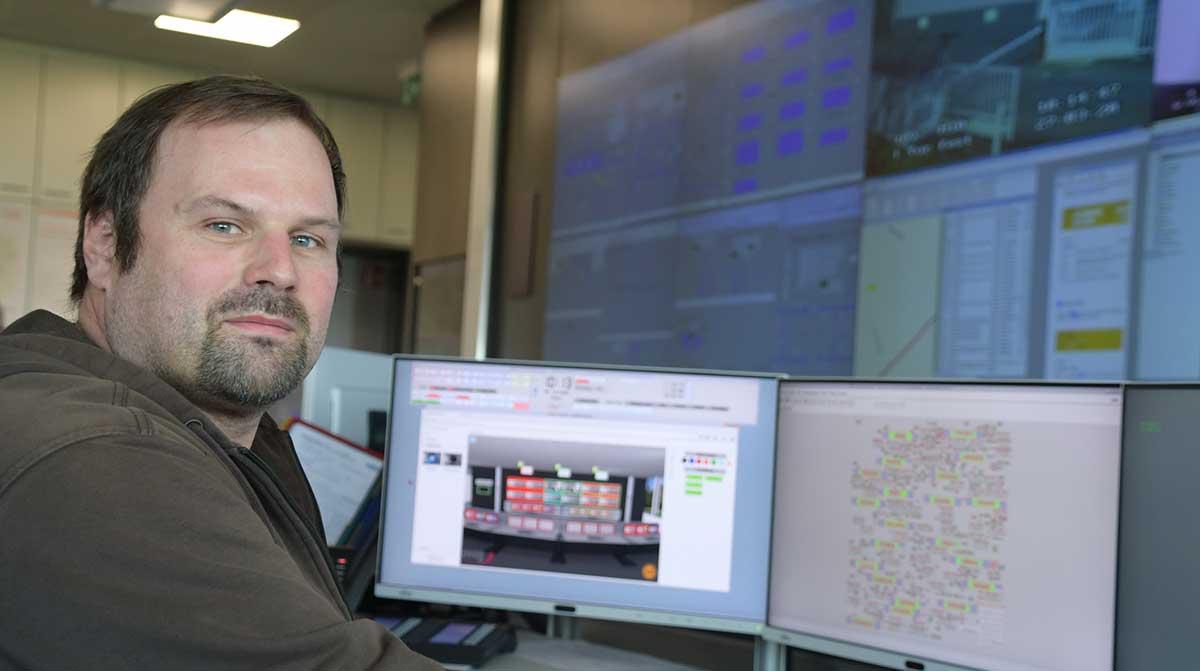 Christian Weber in der Netzleitstelle der OVAG.