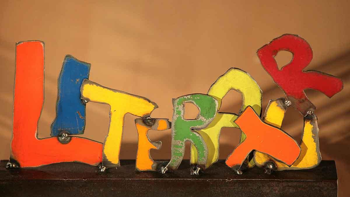 Das Logo des Jugend-Literaturpreises der OVAG besteht aus handgefertigten Metall-Buchstaben des Wortes Literatur