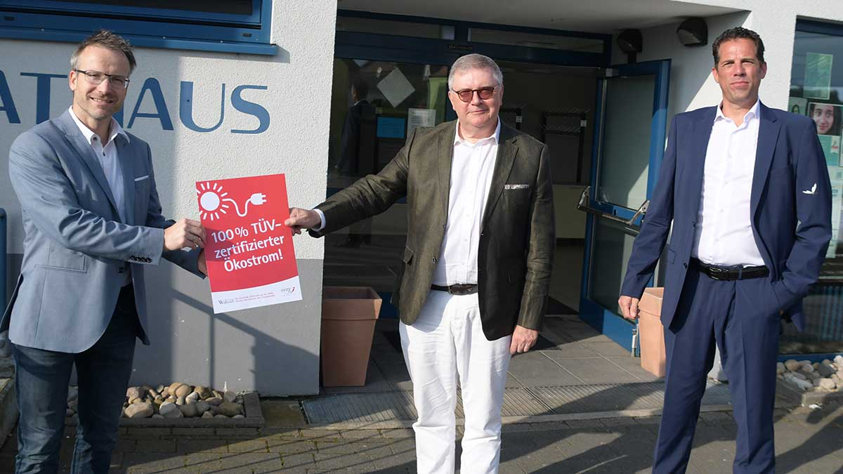 OVAG-Vorstand Oswin Veith überreicht Bürgermeister Adrian Roskoni das Grünstrom-Zertifikat